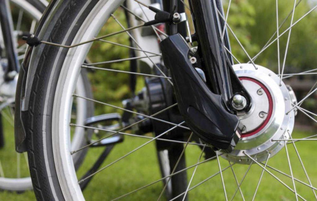 Un moteur sur la roue du vélo électrique