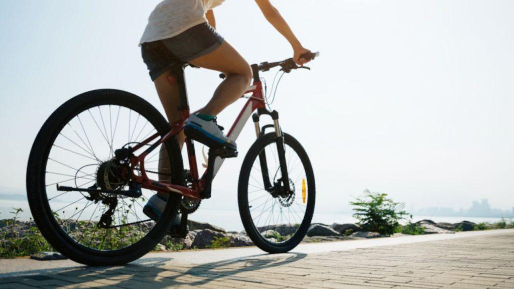 Rouler à vélo électrique sollicite les muscles