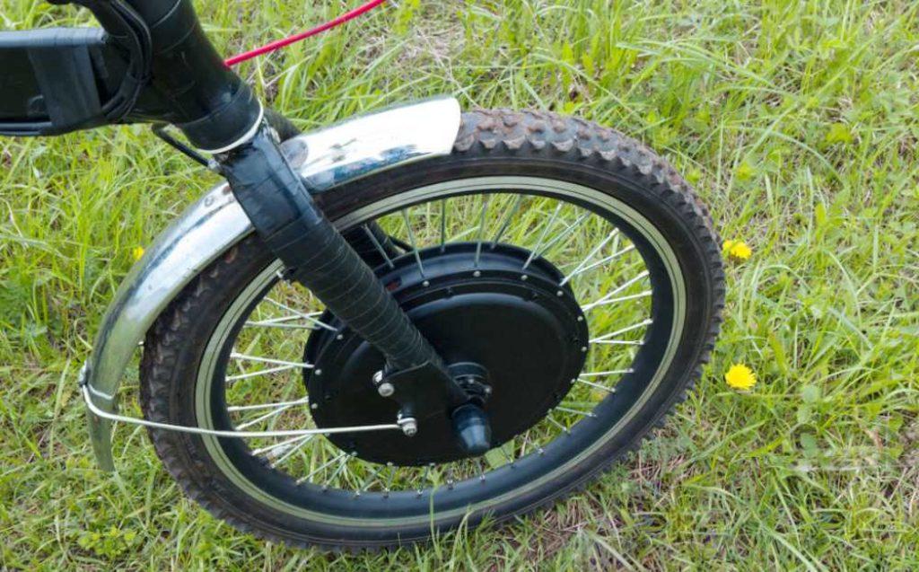 Choisir un moteur pour son vélo électrique : roue avant