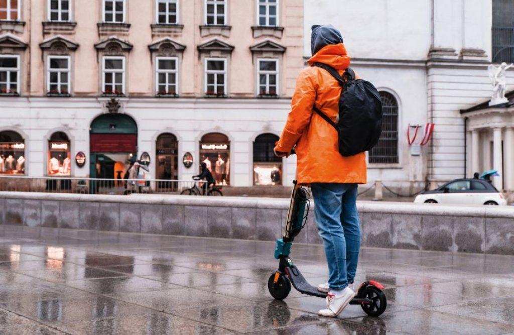 Peut-on utiliser une trottinette électrique sous la pluie ?